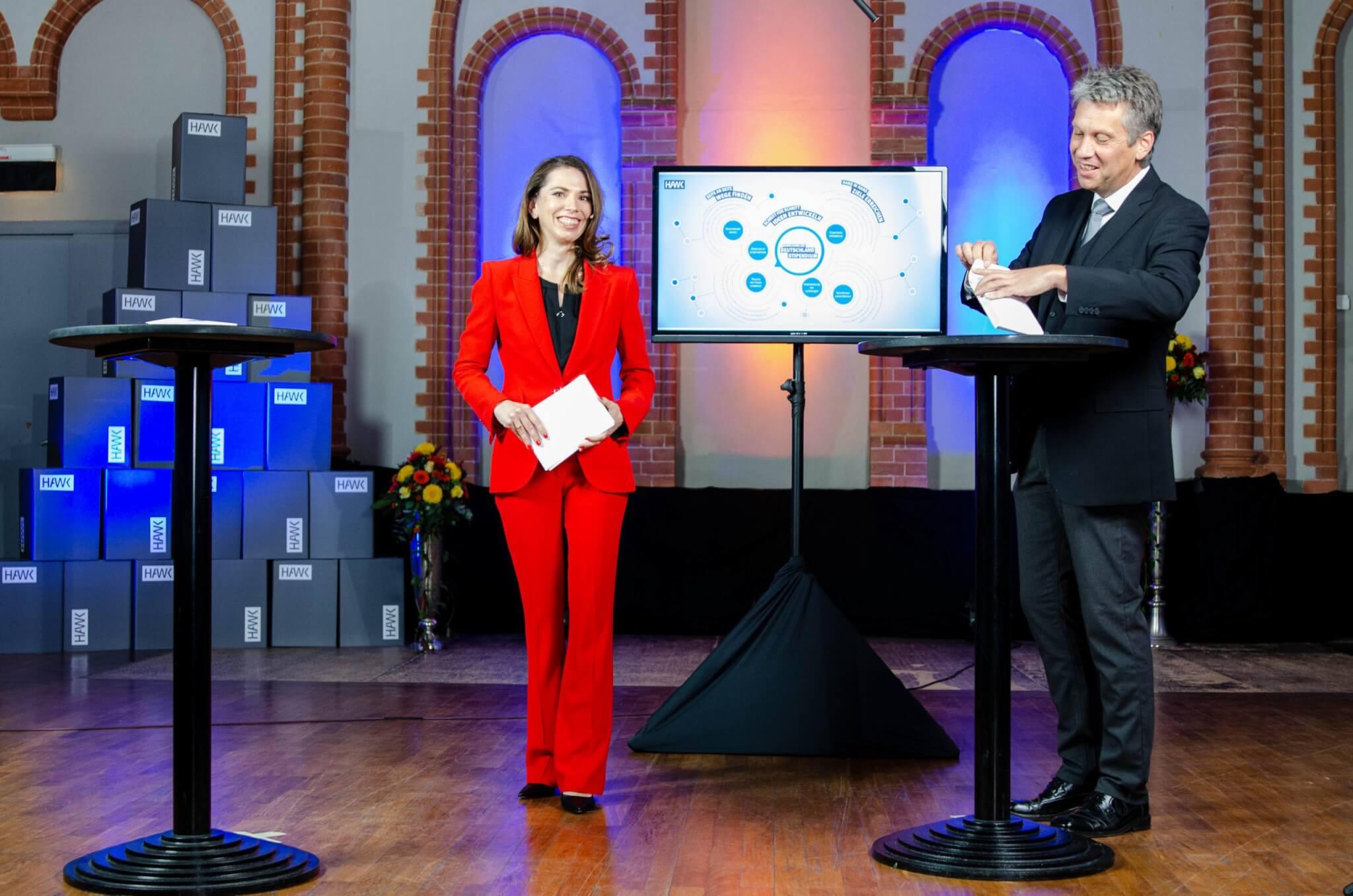 Hybrid-Moderatorin bei der Verleihung des Deutschlandstipendiums